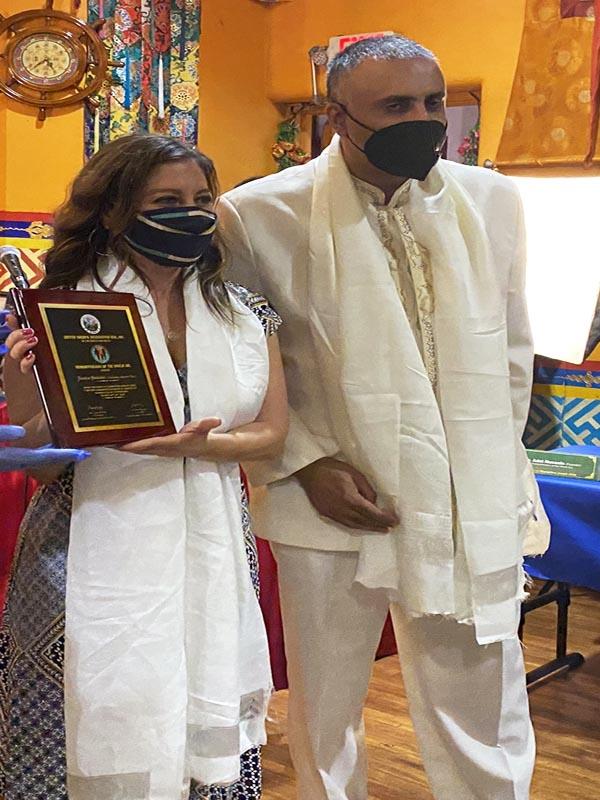 Dr Abbey Presenting award to Jessica Gonzalez Rojas